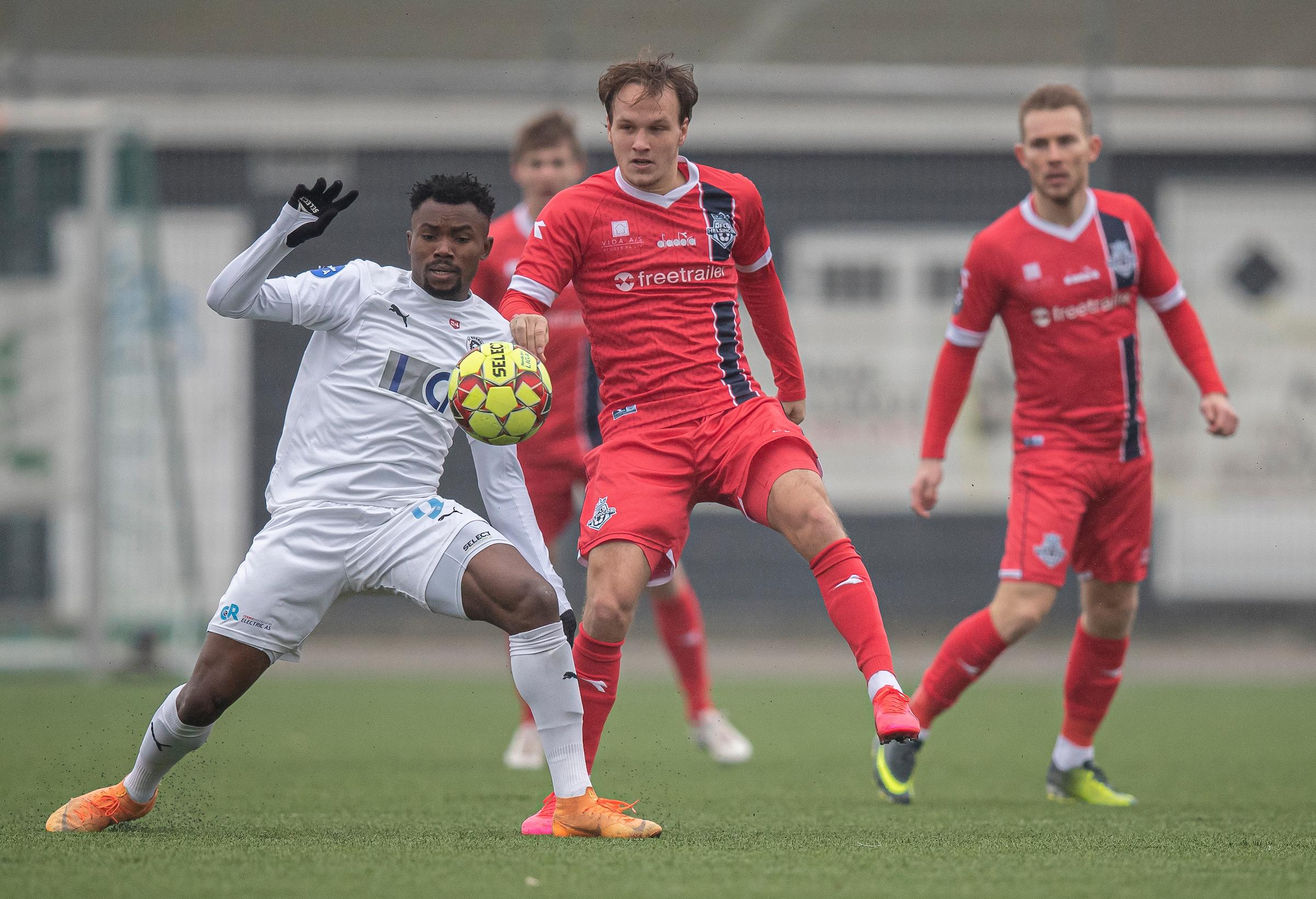 Monday Etim (FC Roskilde) og Frederik Bay (FC Helsingør) under træningskampen mellem FC Roskilde og FC Helsingør den 15. februar 2020 i Roskilde Idrætspark (Foto: Claus Birch).